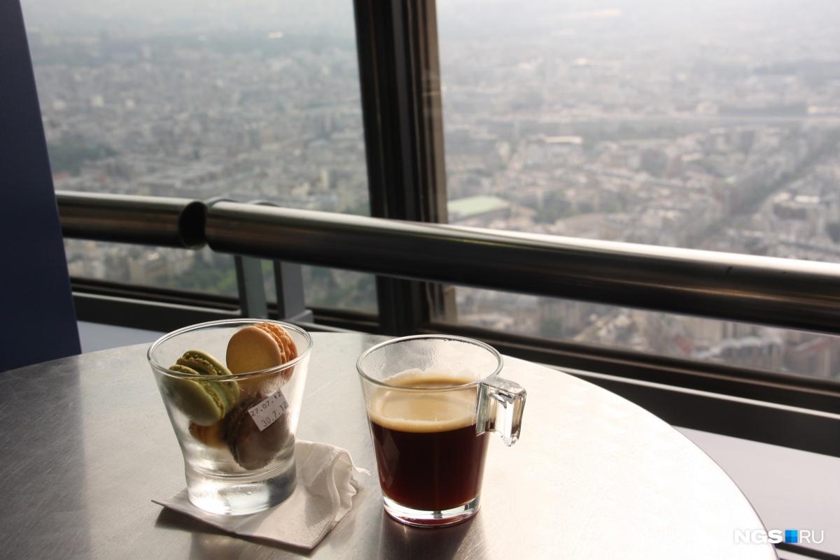 Кофе и макароны в кафе на верхнем этаже башни Монпарнас