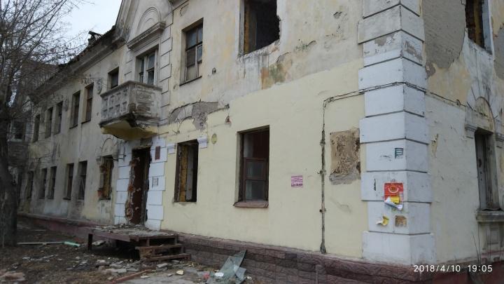 «Кирпичи на тротуаре»: рабочие начали сносить дом на Плановой, не огородив территорию