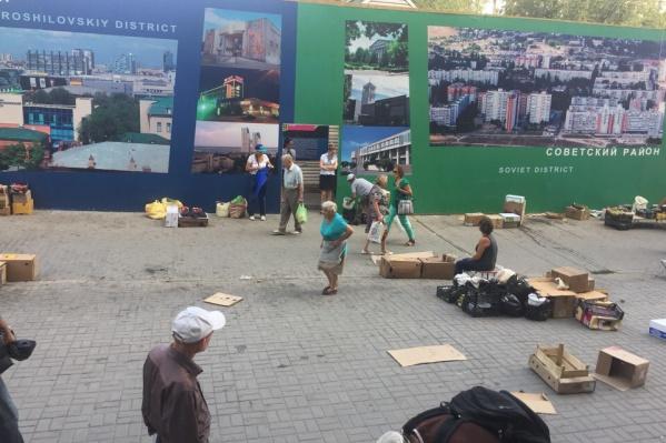 По словам горожан, торговцы не спешат убирать за собой весь накопившийся мусор