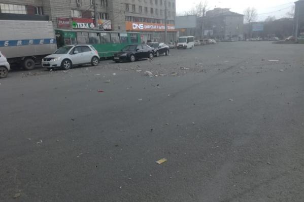 Из-за ветра по улицам разметало мусор