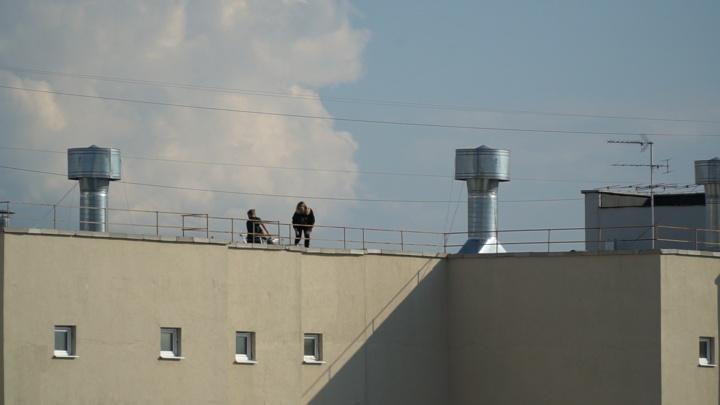 Тюменцы сняли на видео подростков, гуляющих по крыше 16-этажки на Зелинского