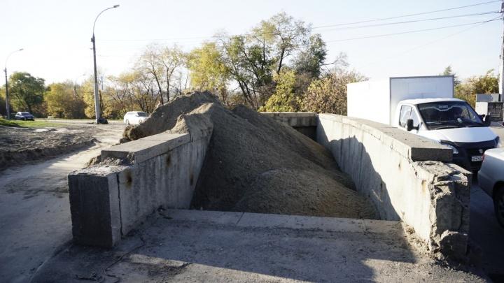 Пешеходный переход под Димитровским мостом засыпали песком