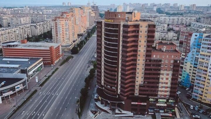 «Предлагают выкупить за 9 миллионов»: у жителей челябинской высотки забрали парковку