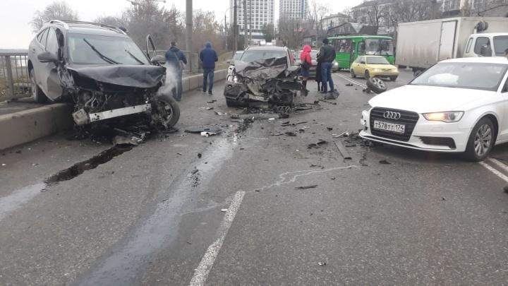 На Щербакова столкнулись BMW, Audi иLexus, из-за этого вся улица встала в пробку