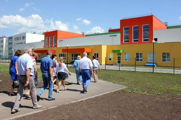 Общеобразовательная школа №&nbsp;1 на территории Кошелев-Парка готова принять детей, но к ней нужно добираться через переезд<br>