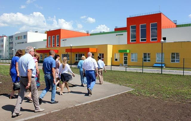Уткнулись в ж/д переезд: школе в Крутых Ключах грозит переход на три смены обучения