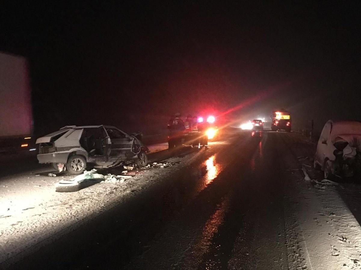 Водитель «Лады» вылетел на встречку и столкнулся с двумя автомобилями