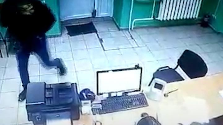 В Стерлитамаке мужчина ограбил офис микрозаймов, этот момент попал на видео