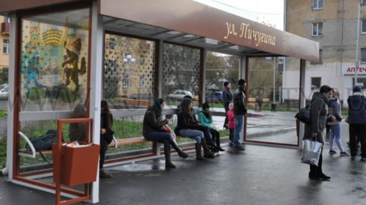 Замена антивандального стекла на разгромленной остановке в Кургане обошлась в 26 тысяч рублей