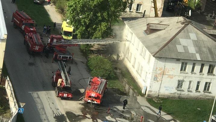 Пожарные эвакуировали женщину из окна горящего дома