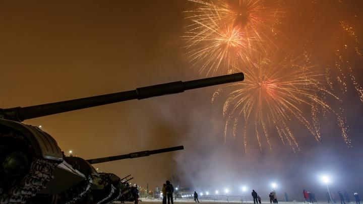 Выглядывали из танков: волгоградцы ради праздничного салюта забрались на военную технику