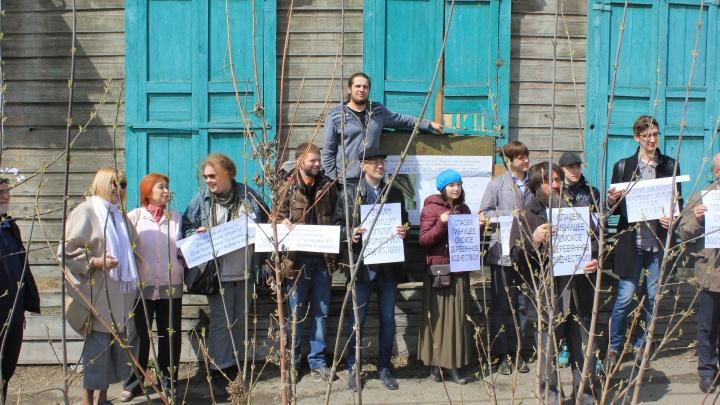 В Омске прошел митинг против сноса дореволюционного дома на Гусарова