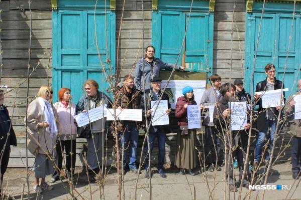 Участники митинга пришли к дому с плакатами «Спасём гибнущее деревянное зодчество»