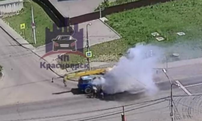Видео: очевидцы бросились тушить на ходу вспыхнувший автокран