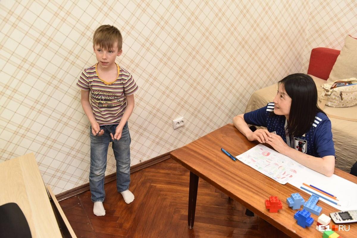 Этот мальчик занимается айкидо и знает по-японски несколько слов. Гости в восторге