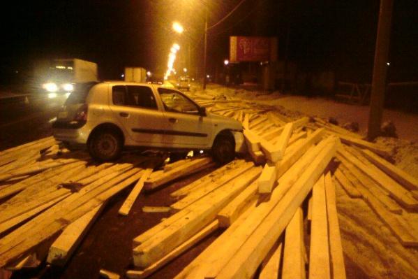 Водитель легковушки не успела ничего сделать и въехала в развалившийся по дороге груз из фуры