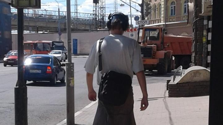 Фото дня. Брутальный парень в юбке около Московского вокзала