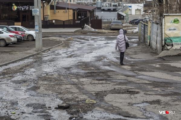 С приходом весны в Волгограде со снегом исчезли и дороги