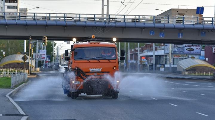 В Омске дороги начали мыть машинами для поливки цветов
