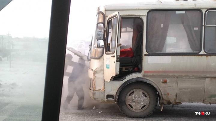«Солдаты бежали с огнетушителями»: на остановке в Челябинске загорелась маршрутка