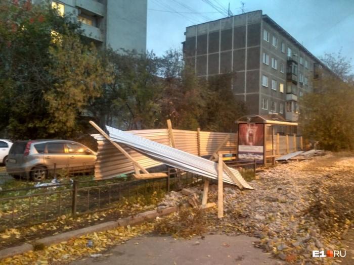 До этого из-за сильного ветра в Екатеринбурге попадали ограждения
