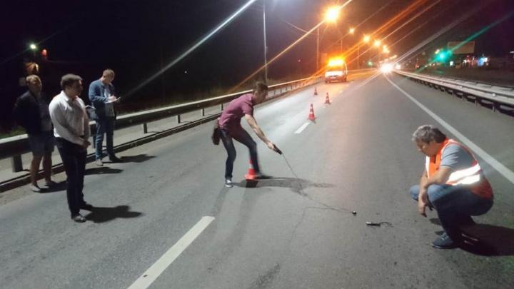 Дорожники ради эксперимента поставили на трассе до Железногорска подсветку от разных фирм