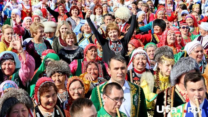 Национальные костюмы и массовый хоровод: уфимцы решили попасть в Книгу рекордов России