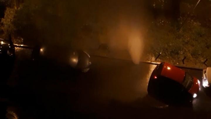 Прорыв за прорывом: во дворе жилых домов на Чернореченской забил гейзер