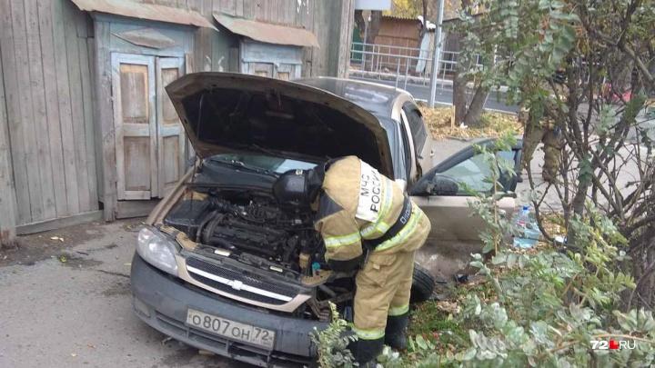 После аварии на перекрестке Запольной и Достоевского одну из машин отбросило на пешехода