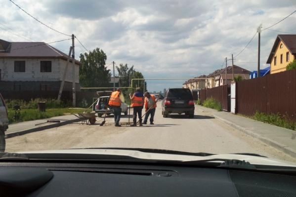 Жители сами наняли рабочих для ямочного ремонта