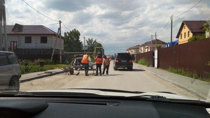 Жители двух улиц 2 года просили мэрию починить дорогу. Не дождались — и отремонтировали её сами