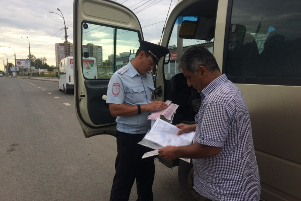Инспекторы ДПС проверили автобусы, которые курсируют на Атонова-Овсеенко