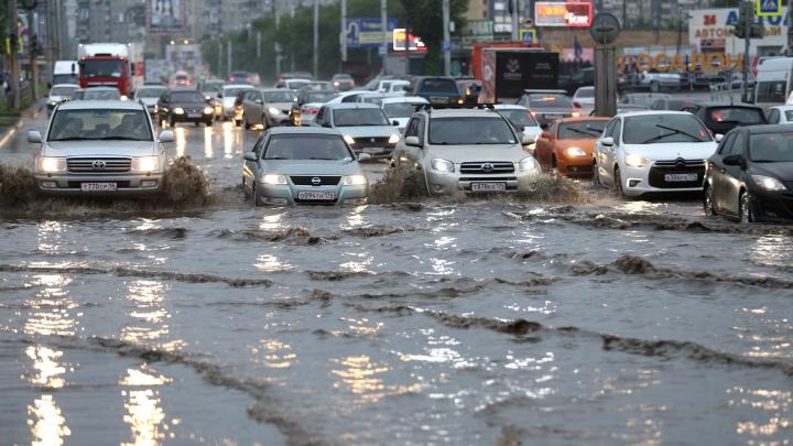Челябинск ушёл под воду: город накрыл ливень с молниями и громом