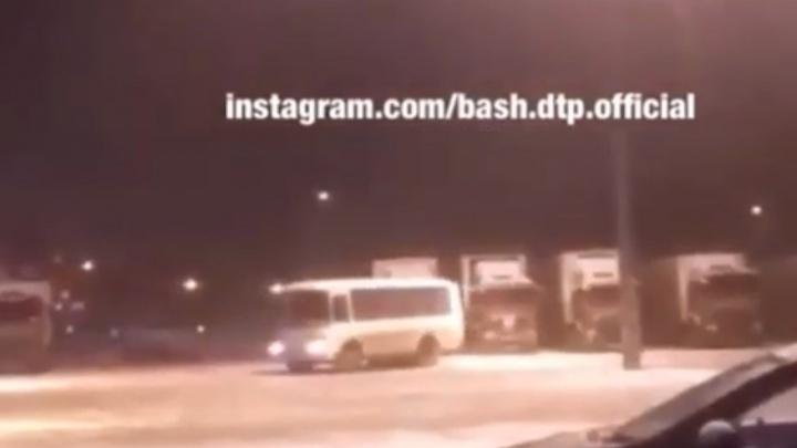 Водитель на пассажирском пазике показал башкирский дрифт, очевидцы сняли на видео