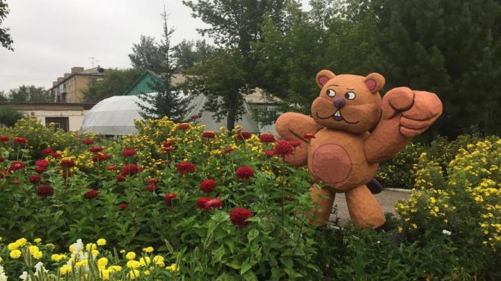 «Выставляют их только днем»: двор школы в Студгородке украсили фигурами из пенопласта