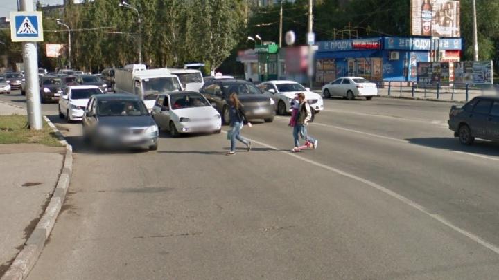 В Самаре на проспекте Кирова «Нива» сбила двух девушек