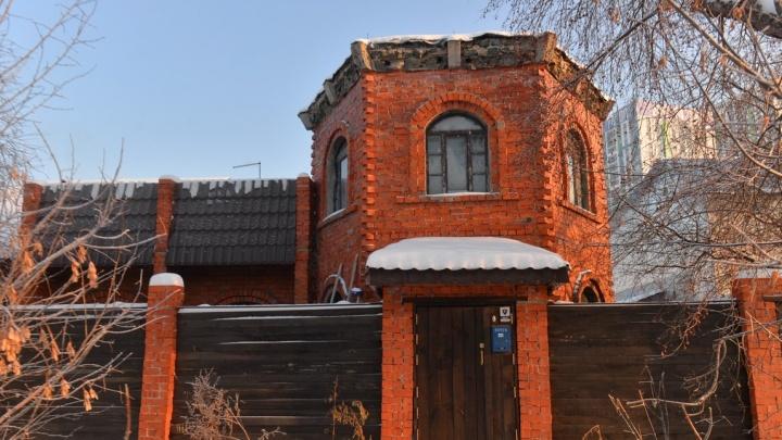Неприступная крепость, мультяшный дом и деревянные избушки: гуляем по Цыганскому посёлку, который снесут