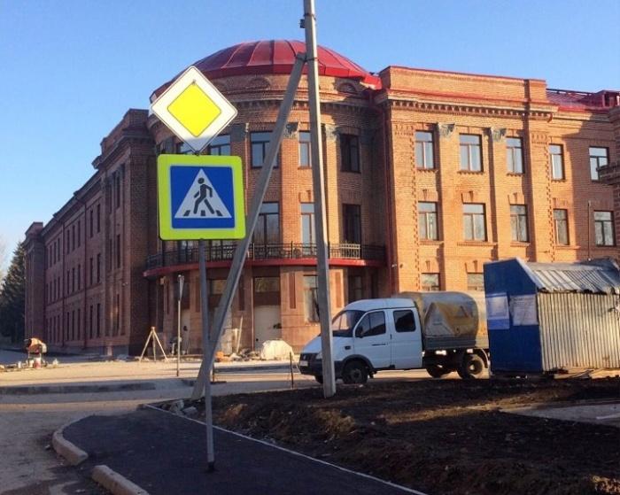 Знак пешеходного перехода посреди тротуара на территории военного городка