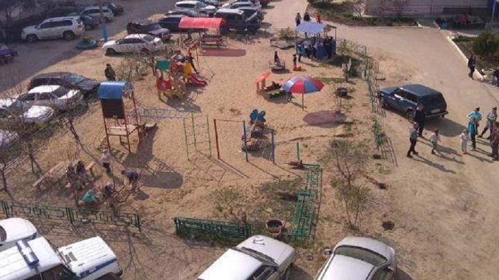 Варламов был прав: в Урюпинске владельцы машин победили детскую площадку