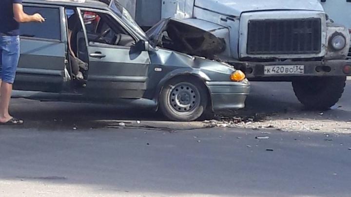 В Волгограде возле полиции легковушка и ГАЗ не поделили дорогу: видео