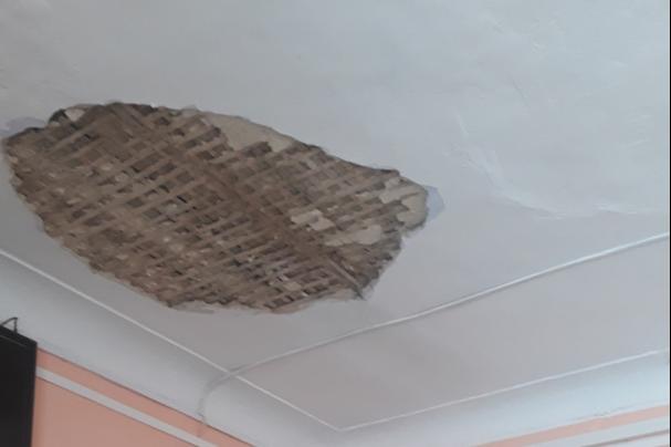 В южноуральской школе с потолка рухнули куски штукатурки