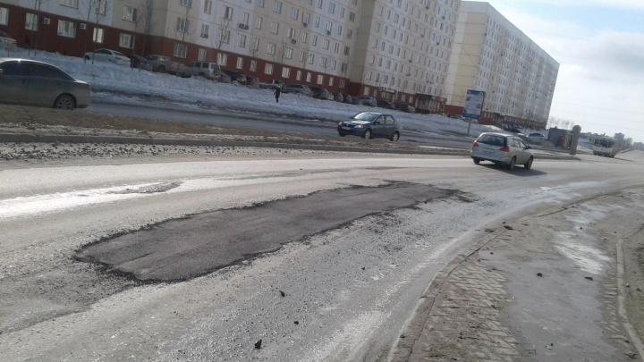 Рабочие заделали опаснуюдля водителей яму на МЖК