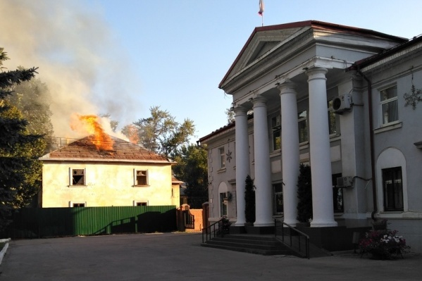Дом горел открытым пламенем