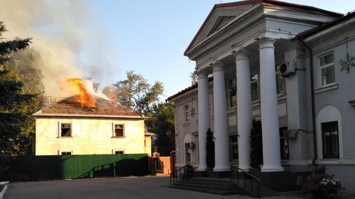 «Дымило на весь проспект»: возле ТЦ «Вива Лэнд» загорелась заброшенная двухэтажка
