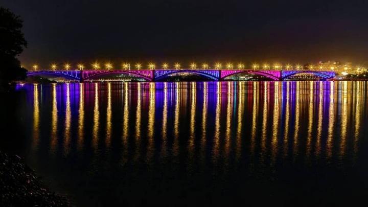 Названа дата полного включения 7 режимов подсветки Коммунального моста