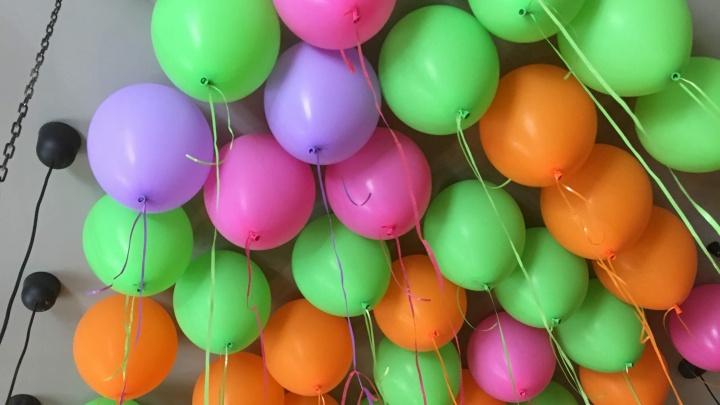 Школьников призвали праздновать выпускные без запуска воздушных шаров