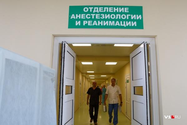 Мужчину спасают врачи реанимации больницы №25