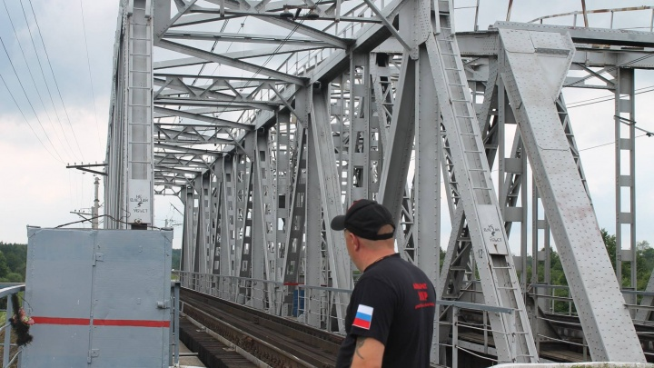 Мальчик, сорвавшийся с железнодорожного моста, находится в реанимации