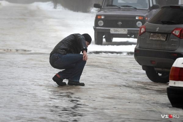 Волгоградцы хотят понять, почему чиновники не позаботились об обработке скользких улиц