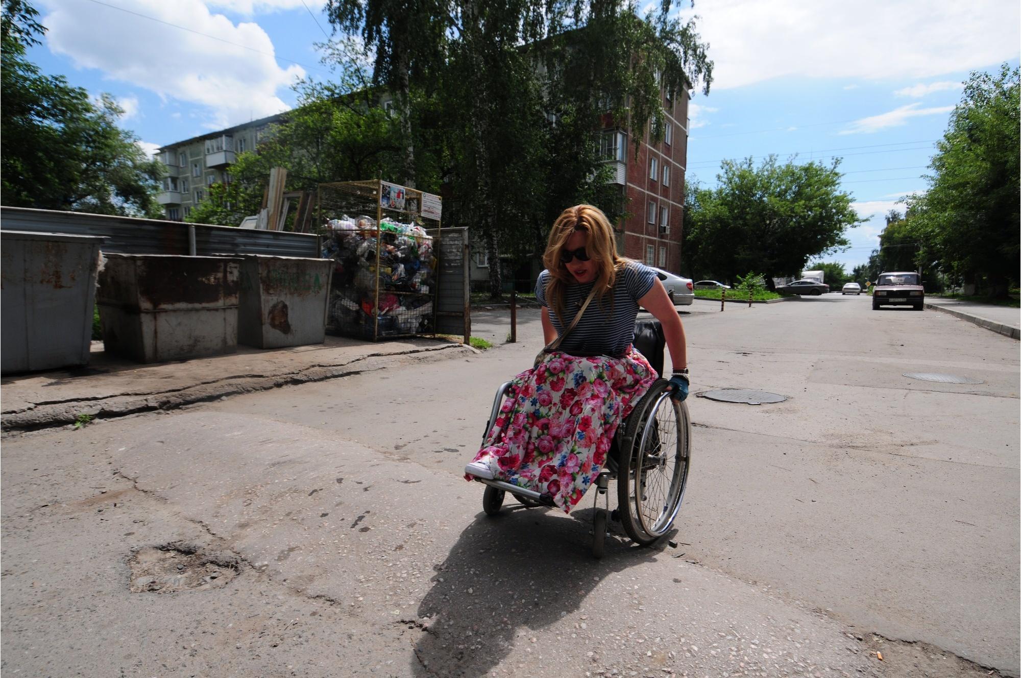 Оля попыталась проехать через «лежачего полицейского» во дворе, но в итоге побоялась опрокинуться